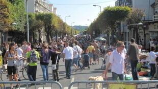 Brocante dans une rue de Paris.