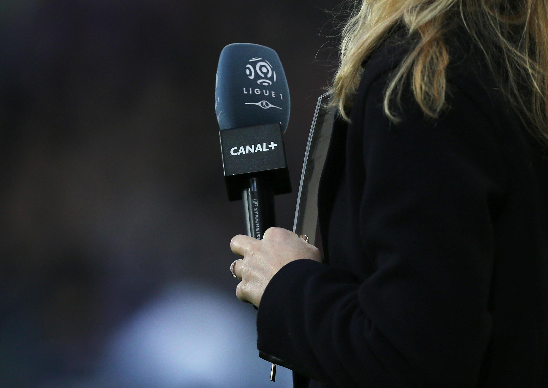 Une journaliste lors d'un match de football de Ligue 1 opposant Caen au Paris Saint-Germain le 19 décembre 2015.