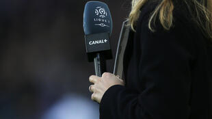 Une journaliste lors d'un match de football de Ligue 1 opposant Caen au Paris Saint-Germain le 19 décembre 2015.
