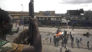 Des combattants pro-Ouattara déplient un drapeau ivoirien à Abidjan, le 11 avril 2011.
