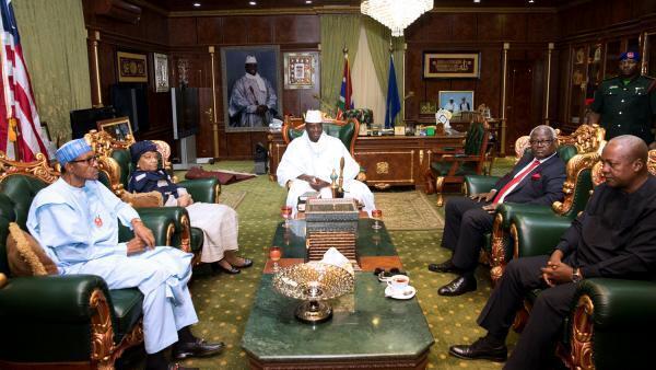 Yahya Jammeh presidente derrotado da Gâmbia, no centro, em plena negociação com missão africana da CEDEAO