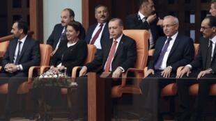 در آستانه برگزاری سالگرد کودتای نافرجام سال ٢٠۱۶، رجب طیب اردوغان، رئیس جمهوری ترکیه در یک جلسه ویژه پارلمان این کشور شرکت کرد. شنبه ٢٤ تیر/ ١۵ ژوئیه ٢٠۱٧
