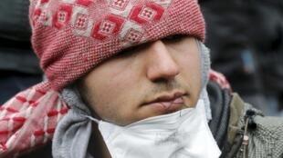 Oito migrantes iranianos costuraram os lábios nesta quarta-feira (2), em protesto ao desmantelamento de parte do acampamento de Calais, no norte da França.