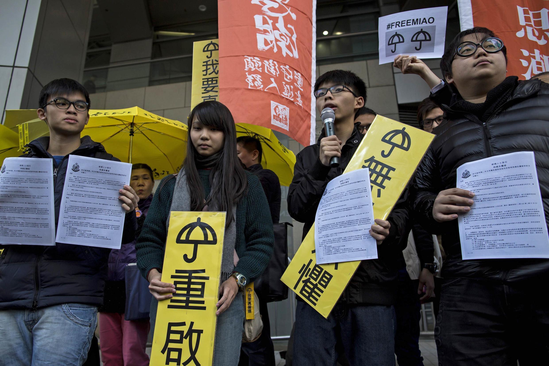 Các lãnh đạo sinh viên Hồng Kông phát biểu khi đến trụ sở cảnh sát Hồng Kông ngày 16/01/2015.