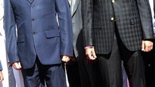 Le Premier ministre malgache Camille Vital (à gauche) et le président de la Haute autorité de  transition Andy Rajoelina (à droite).