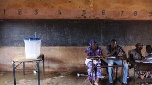 Uma equipe de assessores em um local de votação em Bamako