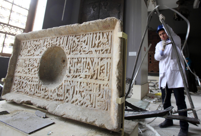 Các chuyên gia đang phục chế các cổ vật tại viện bảo tàng nghệ thuật Hồi giáo, Cairo, Ai Cập (ảnh chụp 26/01/2014)