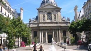 """Đại học Sorbonne nằm ở """"Khu phố La Tinh"""", nơi tập trung nhiều trường đại học nổi tiếng của Paris"""