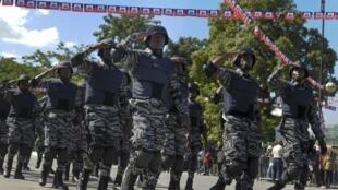Marche solennelle de la police haïtienne à la cérémonie commémorative de la bataille de Vertières en 1803, Port-au-Prince, le 18 novembre 2011.