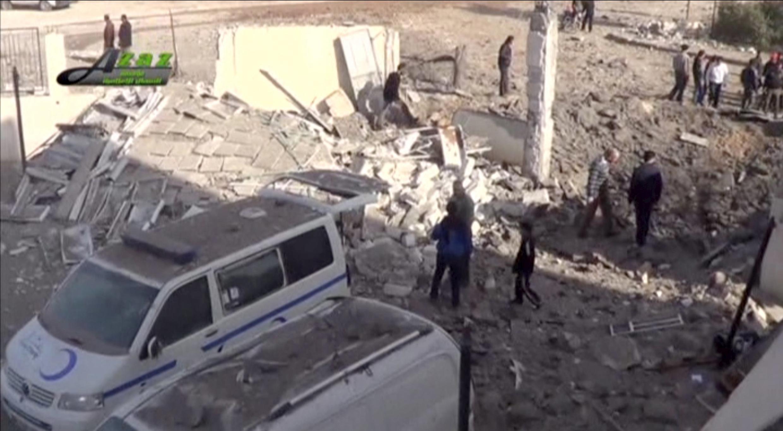 Обломки у здания больницы в городе Азаз, Сирия.