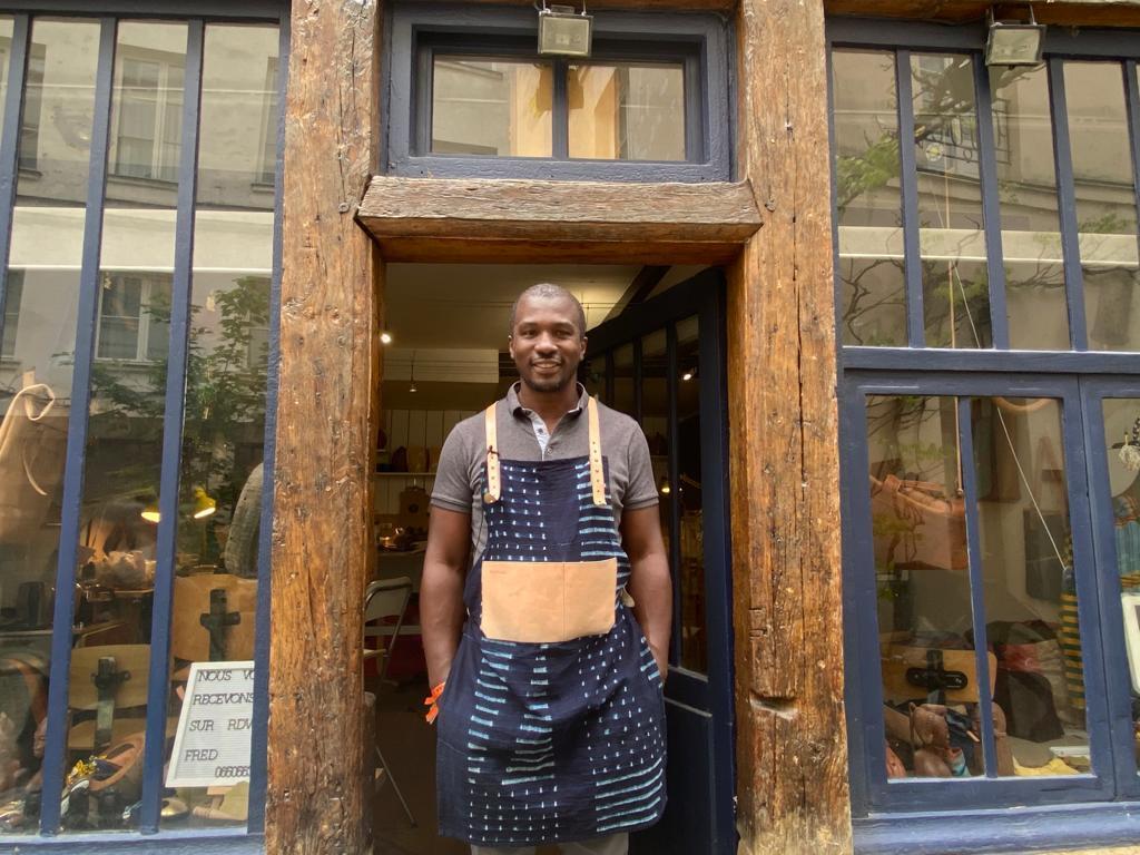 Feliz, en la puerta de su taller, cerca de la Plaza de la Bastilla, Fred Gnaoré recibió a Radio Francia Internacional.