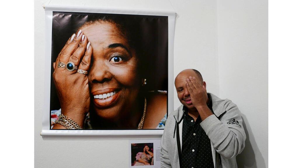 José da Silva, posant devant une photo de Césaria Evora, immortalisée par Youri Lenquette, Maputo mai 2018.