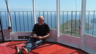 Pour son dernier ouvrage, Paolo Rumiz s'est installé à l'écart du monde, sur un phare au cœur de la Méditerranée.