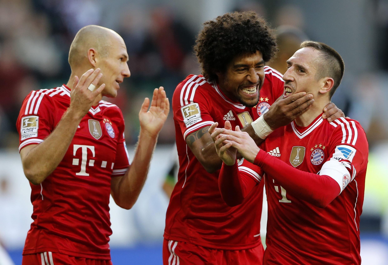 O zagueiro brasileiro Dante (centro) renovou seu contrato com o Bayern de Munique até 2017.