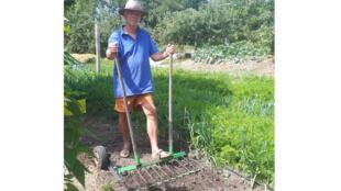 Charles Hervé-Gruyer, co-fondateur de la ferme du Bec Hellouin, fabrique ses propres outils.