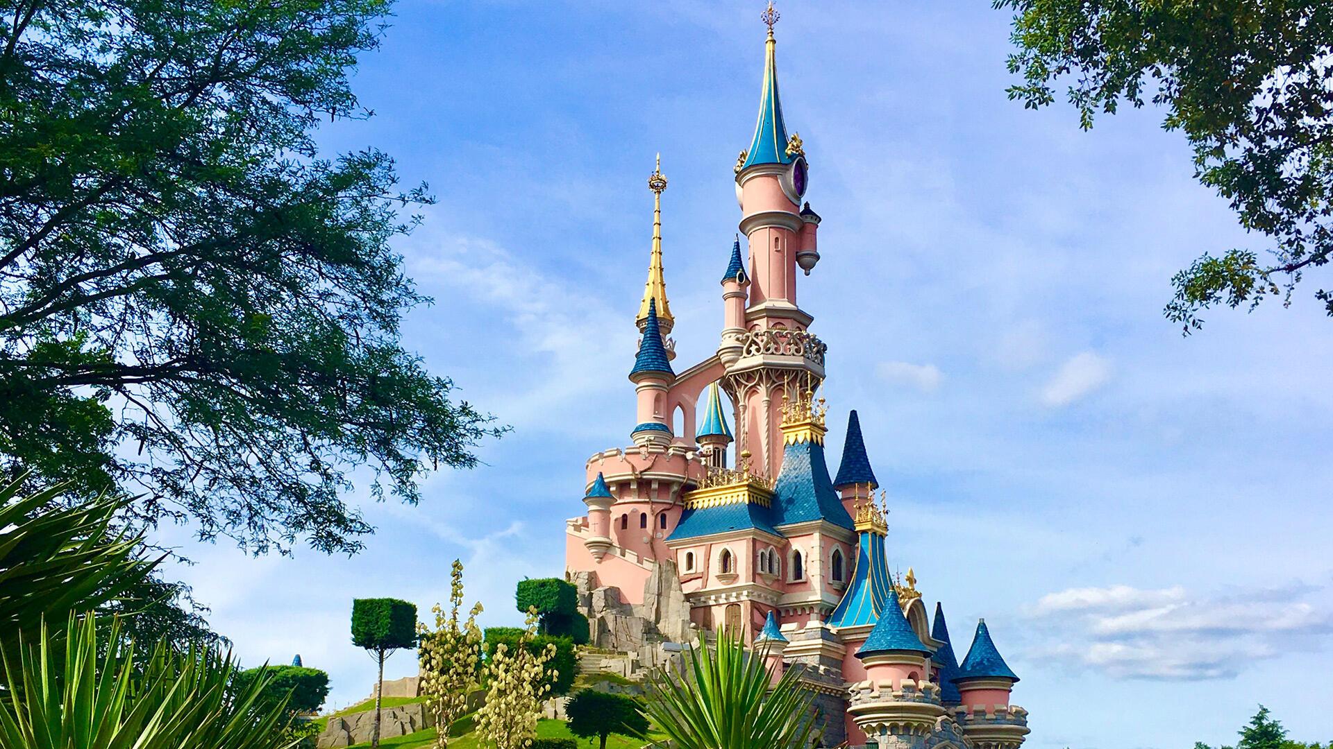 Le château de Disneyland Paris, symbole du parc d'attraction de Marne-la-Vallée.