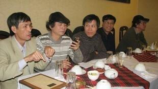 Ông Nguyễn Hữu Vinh (G) và một số blogger