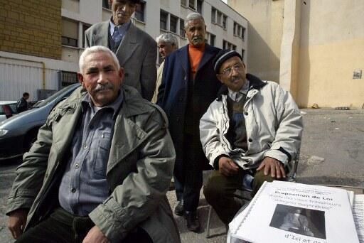 Des retraités maghrébins (chibanis) vivant en France.