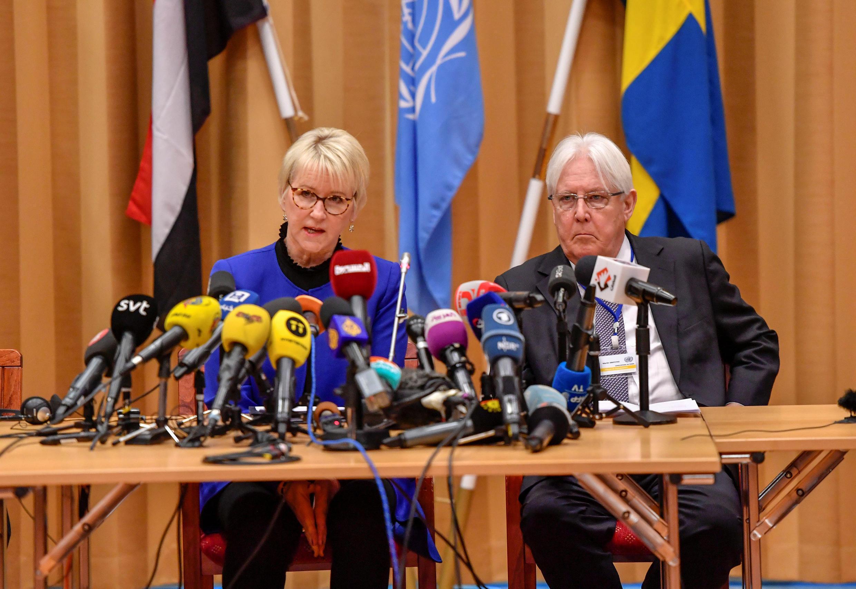 """""""مارتین گریفیتس"""" نماینده ویژه سازمان ملل در امور یمن (سمت چپ) و """"مارگو والستروم"""" وزیر امور خارجه سوئد، در مراسم بازگشایی گفتگوهای صلح یمن در شهر استکهلم پایتخت سوئد. پنجشنبه ١۵ آذر/ ۶ دسامبر ٢٠۱٨"""