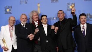 O ator Rami Malek levou o Globo de Ouro de melhor ator. Na foto, ele está no meio da equipe do filme e dos músicos do grupo Queen: Brian May e Roger Taylor.