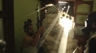Các chiến binh Quân đội Syria tự do mang mặt nạ phòng độc. Ảnh chụp đầu tháng 9/2013 tại Alep.