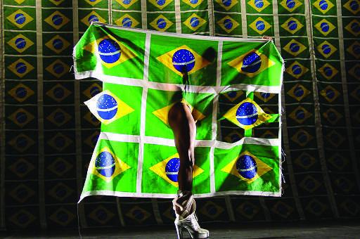 """O coreógrafo e bailarino Luiz de Abreu em cena de """"Samba do Crioulo Doido""""."""