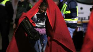 Criança é resgatada em Málaga, na Espanha, depois que a embarcação na qual ía para a Europa quase afundou, em 22 de maio de 2018
