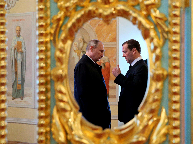 Tổng thống Nga Vladimir Putin (T) và thủ tướng Dmitry Medvedev (gương phản chiếu) khi đi thăm tu viện Phục Sinh Tân Jerusalem, tại Istra, ngoại ô Matxcơva, ngày 15/11/2017