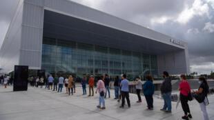 Ciudadanos uruguayos hacen fila para recibir la vacuna CoronaVac desarrollada por China y el Instituto Butantán de Brasil, frente a un centro de vacunanción instalado en una sala de espectáculos en Montevideo el 29 de marzo de 2021