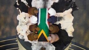 Церемония похорон первого чернокожего президента ЮАР Нельсона Манделы