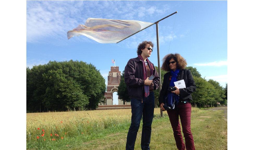 Annette Becker et Alexandre Sumpf, au monument aux morts de Thiepenval, sous une partie de l'œuvre: « The Lost Men France » , réalisation de land art de l'artiste sud-africain Paul Emmanuel.