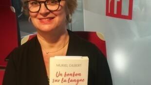 Muriel Gilbert dans le studio de RFI.