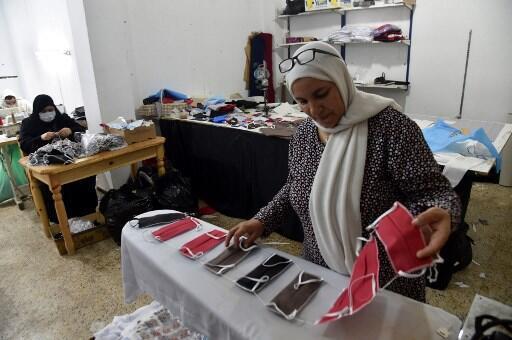 Un atelier de couture à Alger fabrique des masques de protection contre le coronavirus.