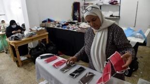 Un atelier de couture à Alger fabrique des masques de protection contre le coronavirus. L'Algérie va assouplir ses mesures de confinement à partir de ce dimanche 7 juin.