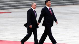 Chủ tịch Trung Quốc Tập Cận Bình (phải) đón tổng thống Nga V.Putin  tại Đại lễ đường Nhâ dân Bắc Kinh ngày 25/06/2016.