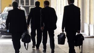 Paul Thompson du FMI et plusieurs responsables européens sortent du ministère portugais des Finances le 18 avril.