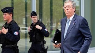 O político conservador Patrick Balkany, prefeito de Levallois-Perret, nos corredores do tribunal de Paris.