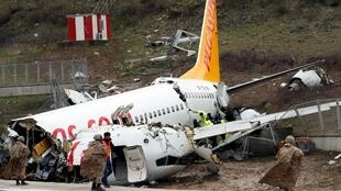 O Boeing 737 da companhia Pegasus saiu da pista e se partiu em três pedaços quando chegava à Izmir, no oeste da Turquia, na quarta-feira (5).