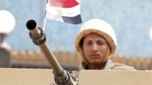 Um atirador de elite pro-Mursi posicionado em um teto no Cairo