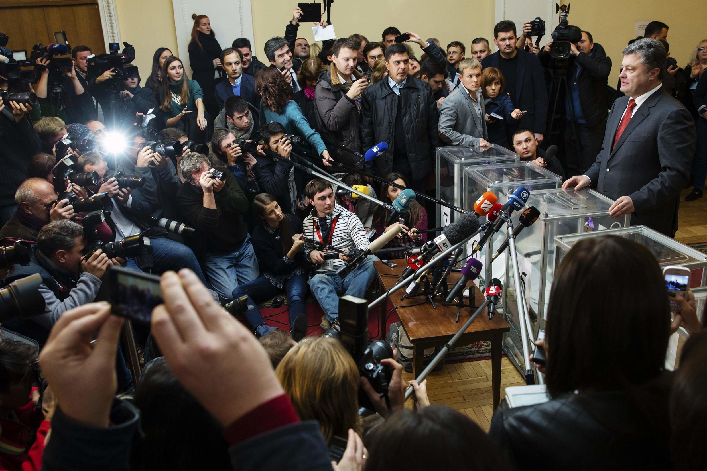 Le président ukrainien Petro Porochenko en plein vote à Kiev, dimanche 26 octobre 2014.