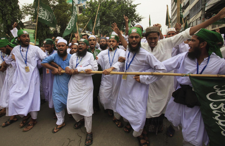 Des dizaines de milliers de manifestants avaient protesté à Dacca vendredi et samedi mais pas contre les bouddhistes.