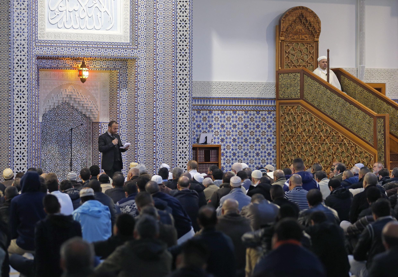 Перед началом пятничной молитвы в мечети Страстбурга, 20 ноября 2015.