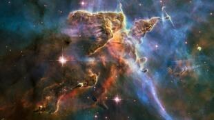 Ảnh chụp chùm Carina Nebula cách trái đất 7.500 năm ánh sáng do kính thiên văn Hubble chụp được và truyền về.