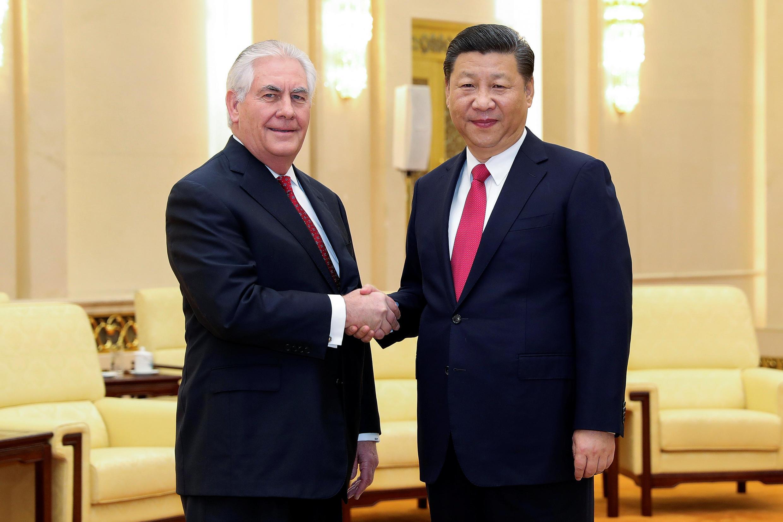Chủ tịch Trung Quốc Tập Cận Bình (P) bắt tay ngoại trưởng Mỹ Rex Tillerson ngày 19/03/2017 tại Bắc Kinh.