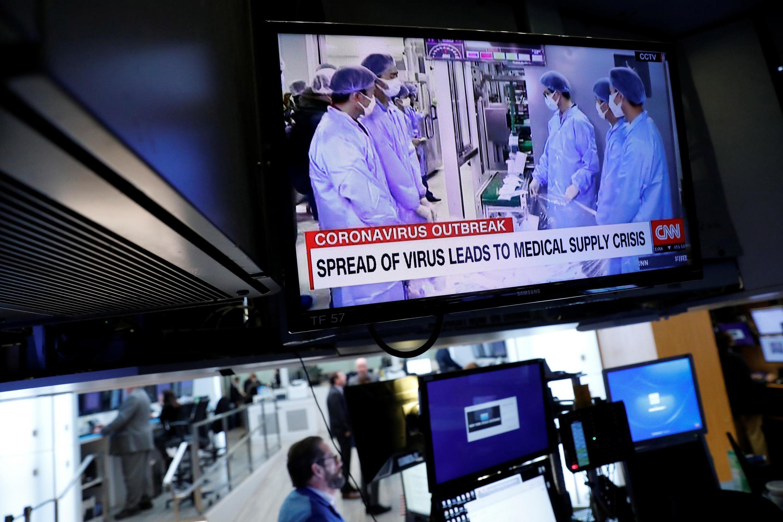Thị trường chứng khoán New York (NYSE) luôn kết nối tin tức về tình hình bệnh dịch virus corona trên thế giới, ngày 06/03/2020.