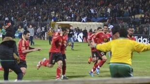 Les joueurs d'Al-Ahly tentent de s'enfuir alors que le chaos éclate dans le stade de football à Port-Saïd, en Egypte, le 1er février 2012.