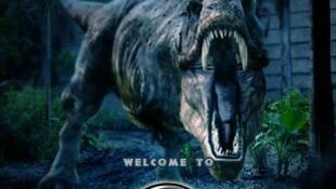 """Cartaz de """"Jurassic World - O Mundo Dos Dinossauros"""", dirigido por Colin Trevorrow."""