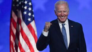 El candidato demócrata a la presidencia de EEUU, Joe Biden, sonríe tras su comparecencia durante la noche electoral, la madrugada del 4 de noviembre de 2020 en Wilmington (Delaware), al noreste del país