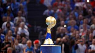 Troféu do Campeonato do Mundo de Handebol exibido antes do jogo de estreia entre França e Brasil.