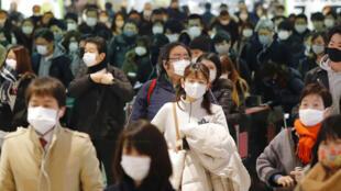 Japão ultrapassou a marca de 300 mil casos de Covid-19 e declarou estado de emergência a mais sete regiões para conter o aumento acelerado de infecções.